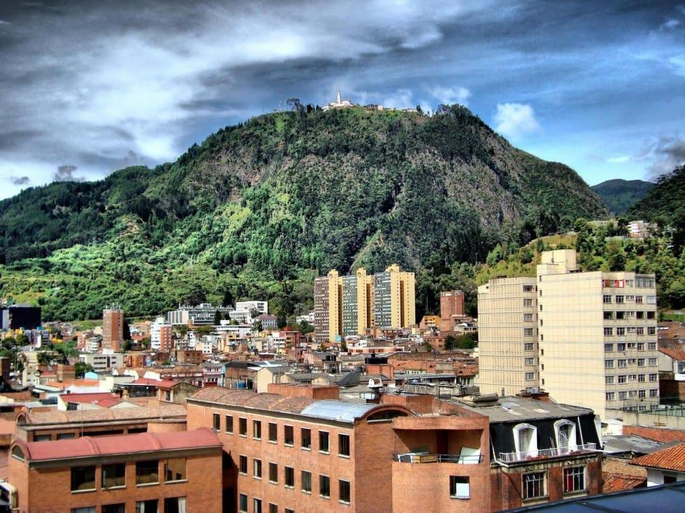 Vista de baixo de Monserrate em Bogotá