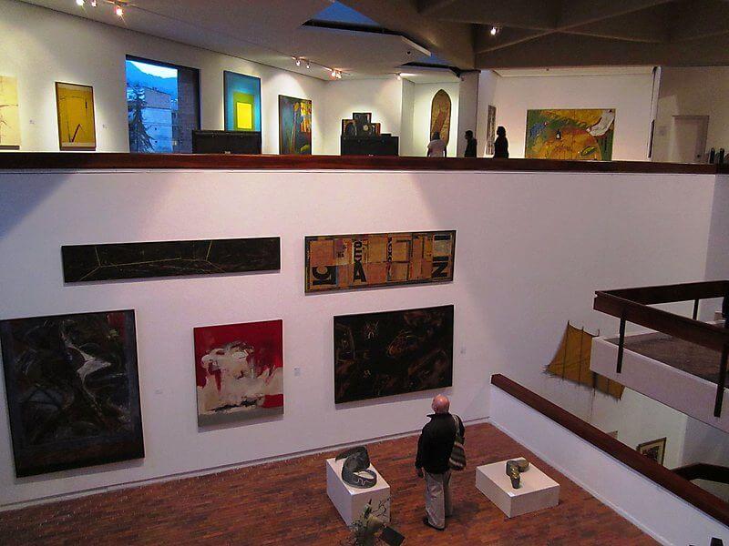 Interior com obras do Museu de Arte Moderna de Bogotá