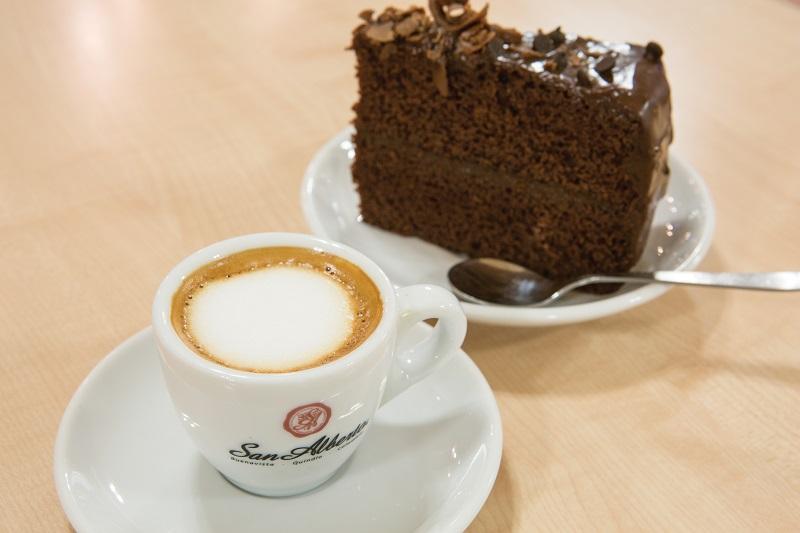 Café e bolo da San Alberto em Cartagena