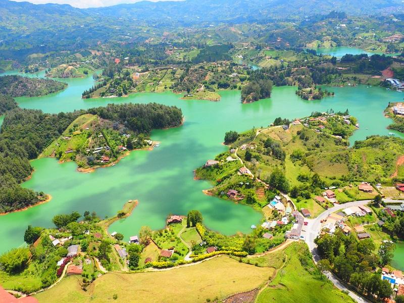 Vista aérea da cidade de Guatapé na Colômbia