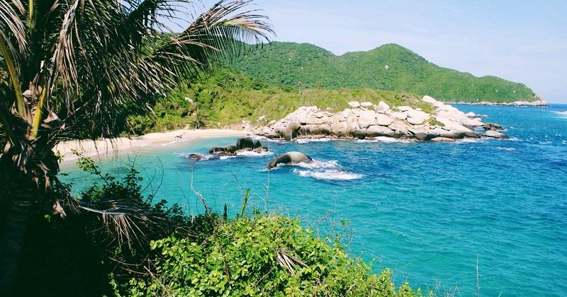 Vista da trilha para o litoral do Parque Nacional Natural de Tayrona