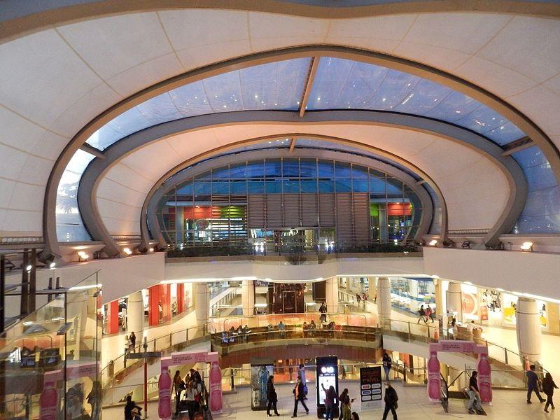 Interior do Shopping Titan Plaza